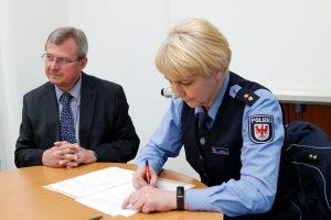 Geschäftsführer Volker Fleischer und Inspektionsleiterin Solweig Bohn unterzeichnen die Vereinbarung